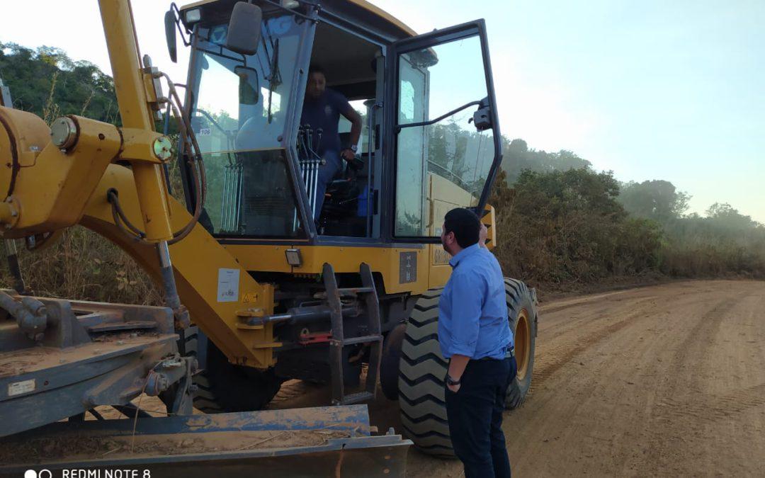 """Motoniveladora recebida por Santa Terezinha, por meio do Consórcio CIDESA """"Norte Araguaia"""", já está trabalhando na manutenção da MT – 413"""