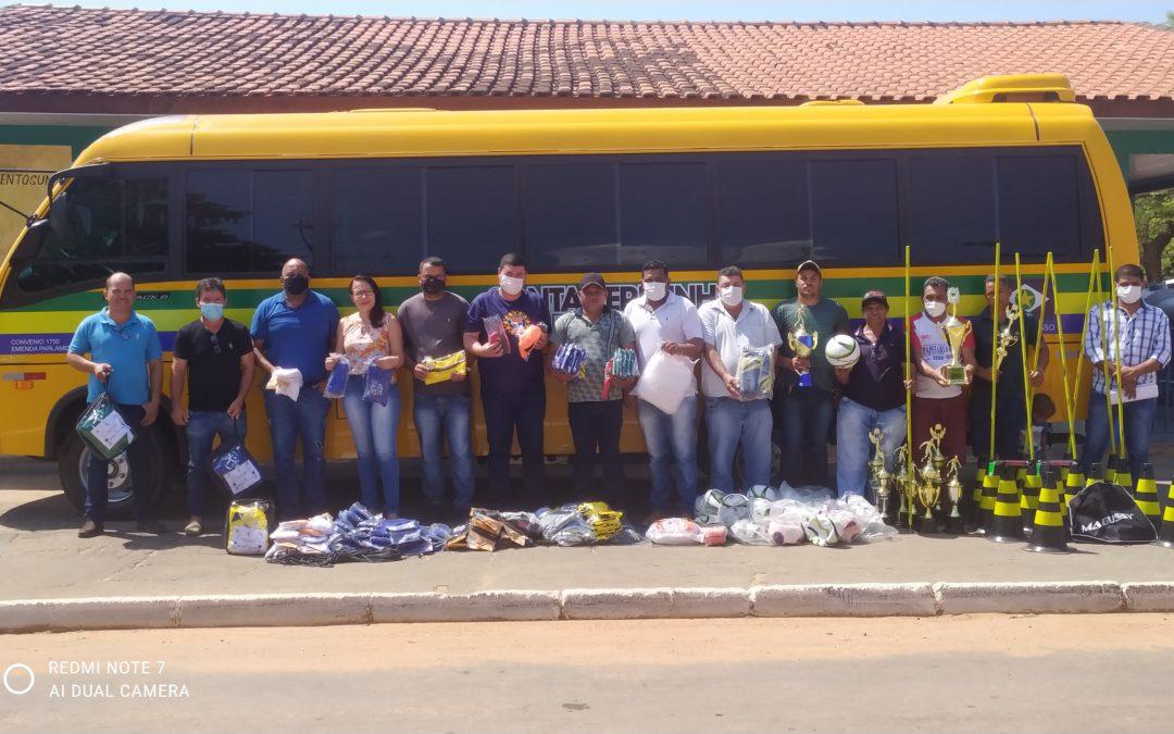 Esporte de Santa Terezinha ganha micro-ônibus para o transporte dos seus atletas